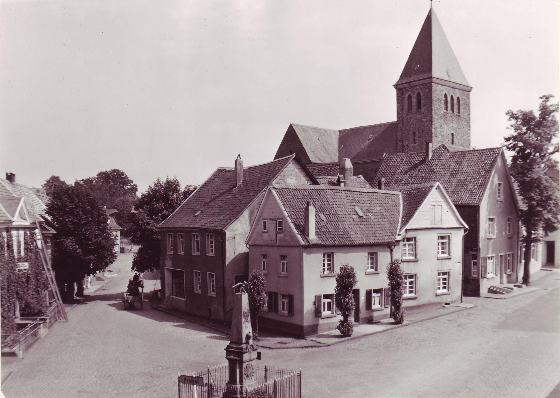 Denkmal und Kirche 1952