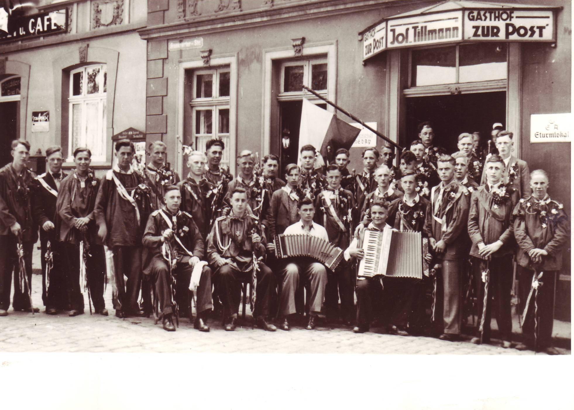 Musterungsfeier vor dem Gasthof Zur Post verm. 1942