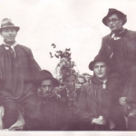 Bauernschützenkönig Fritz Figge links, Fähnrich Karl Fischer rechts